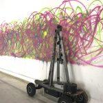 Senseless Drawing Bot, So Kanno & Takahiro Yamaguchi, 2011. Présentée lors de l'exposition Artistes & Robots, au Grand Palais, à Paris, en 2018, l'œuvre se met en route toutes les 10 minutes. Photo MLD